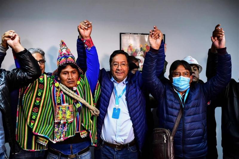 Bolivya'nın Sosyalizm Hareketi partisinin cumhurbaşkanı adayı Luis Arce, 19 Ekim 2020'de La Paz'da aday arkadaşı David Choquehuanca ile kutlama yapıyor. -Ronaldo Schemidt  AFP.jpg