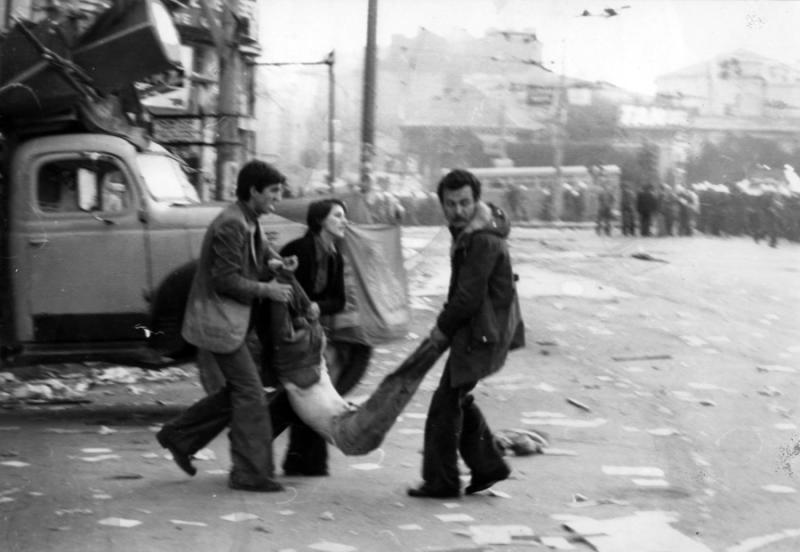 Celalettin Can (solda) 1 Mayıs 1977'de Taksim'de yaralıları taşırken  Fotoğraf Coşkun Aral.jpg
