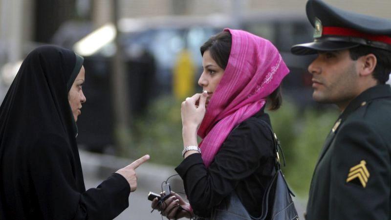 İran'da ahlak polisi başörtüsü teftişinde afp.jpg