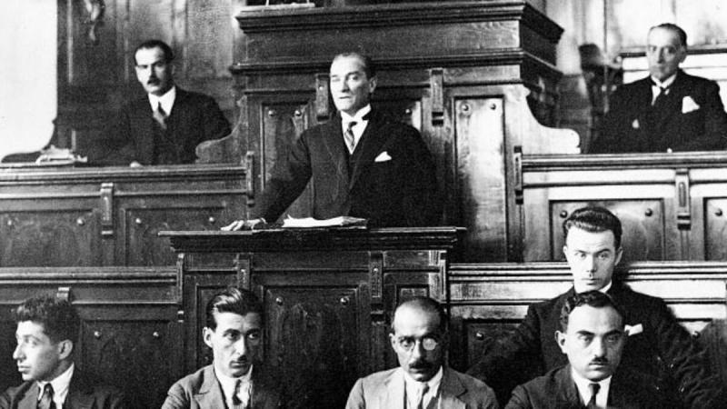 Atatürk meclis kürsüsü.jpg