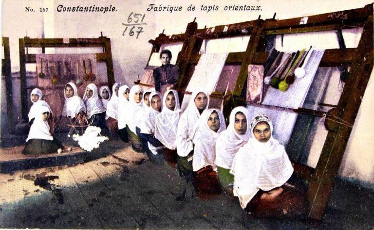 13 Mart 1908-İstanbul'daki halıcı dokuma kursundan kadınlar-001.jpg