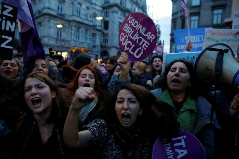 Günümüz kadın protestoları.jpg
