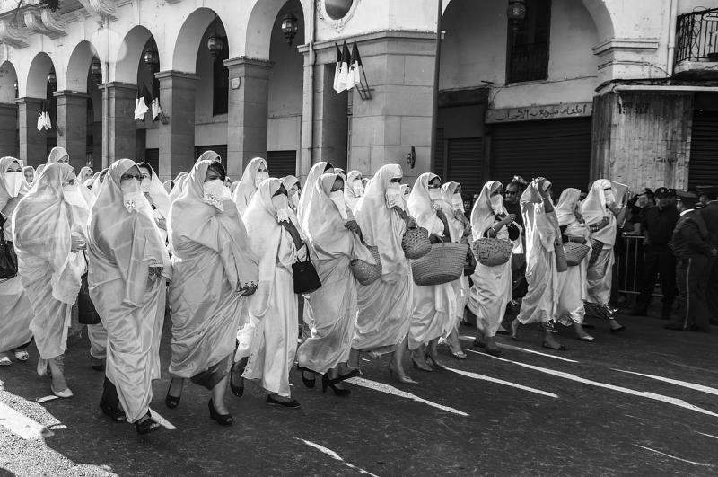 Cezayirli kadınların protesto yürüyüşü.jpg