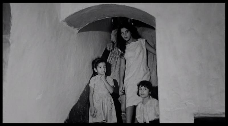 Filmden bir sahne-korkudan gizlenen bir aile.jpg