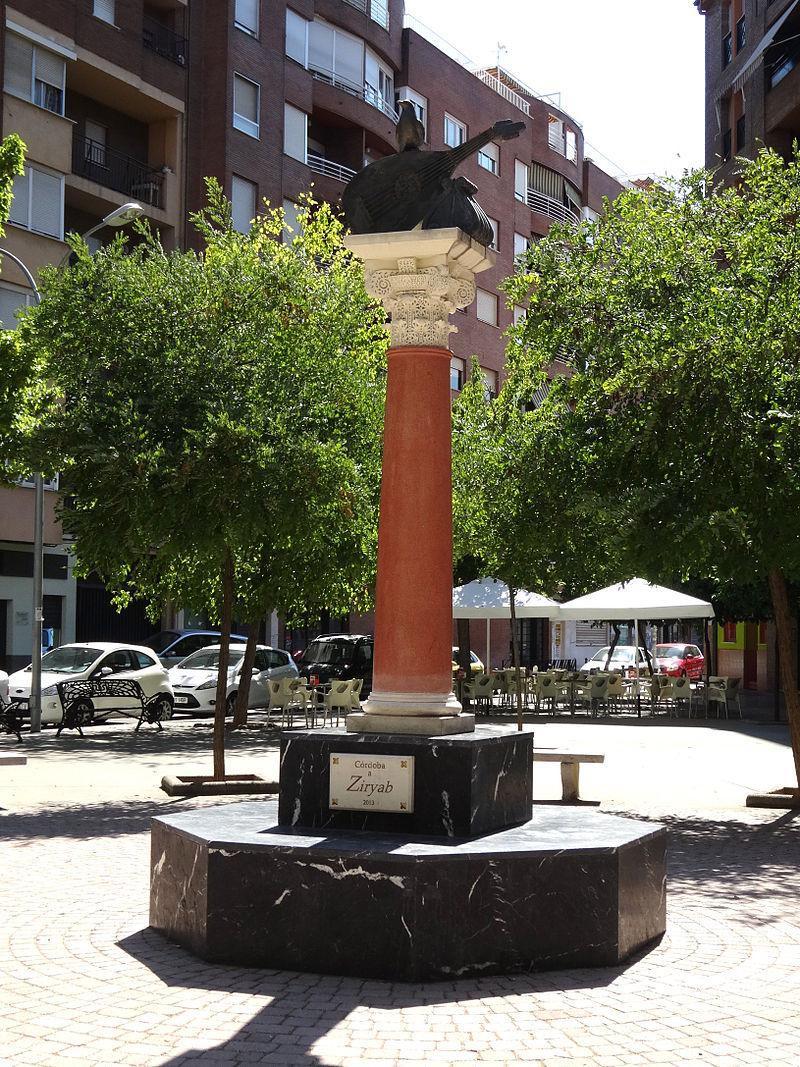 Ziryab'ın Heykeli ve sesinin simgesi kuş.JPG