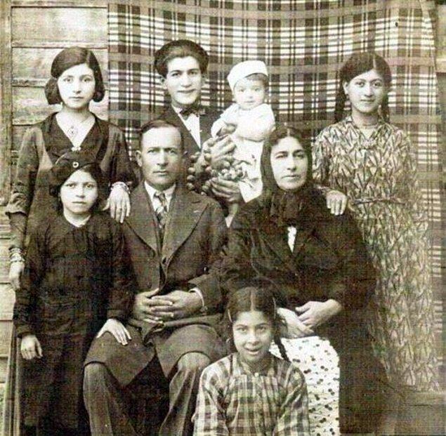 Bir Ermeni Ailesi-1900lerin başı.jpg