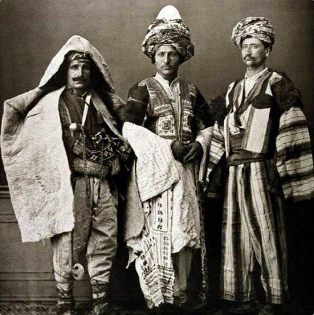 Geleneksel Kürt giysileriyle Diyarbakırlı, Mardinli ve Mezopotamyalı üç erkek..jpg