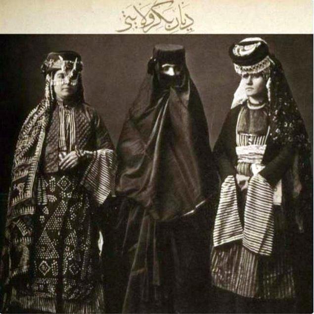 Hıristiyan, Müslüman ve yerel giysileriyle üç Diyarbakırlı kadın.jpg