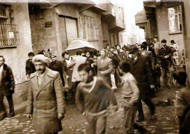 Müslüman Halk Süryani bir Papazın tabutunu taşırken.jpg