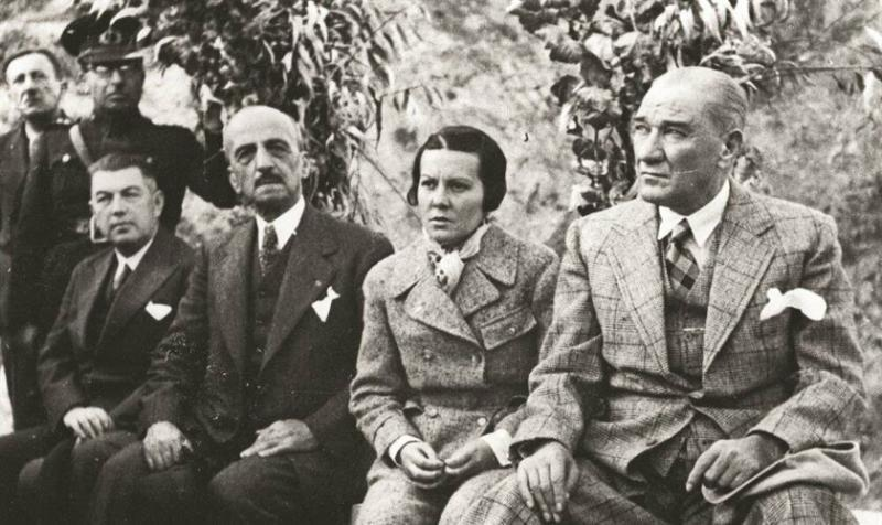 Dersim'e uçakla bomba atan askeri pilot Sabiha Gökçen ve M. K. Atatürk.jpg