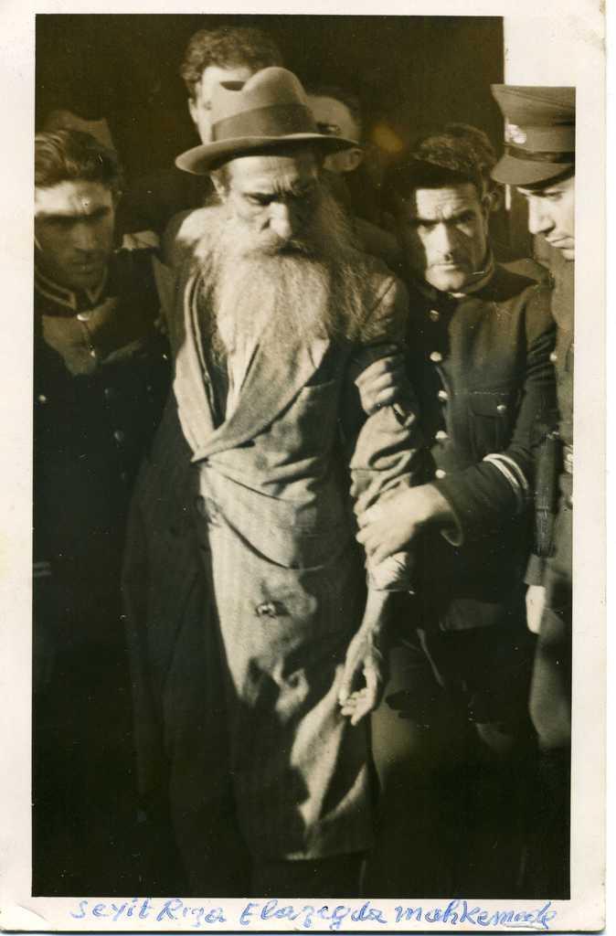 Seyit Rıza, Elazığ'daki Askeri Mahkemeye götürülürken.jpg