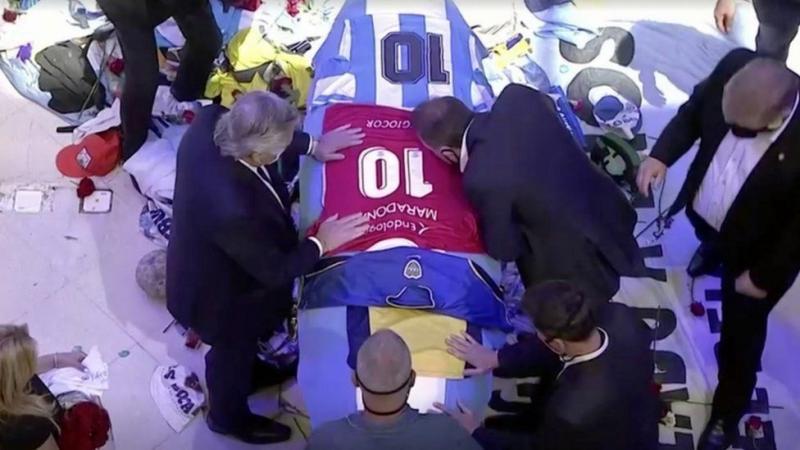 Arjantin Başkanı A. Fernandez, Maradona cenaze töreninde saygı duruşunda.jpg
