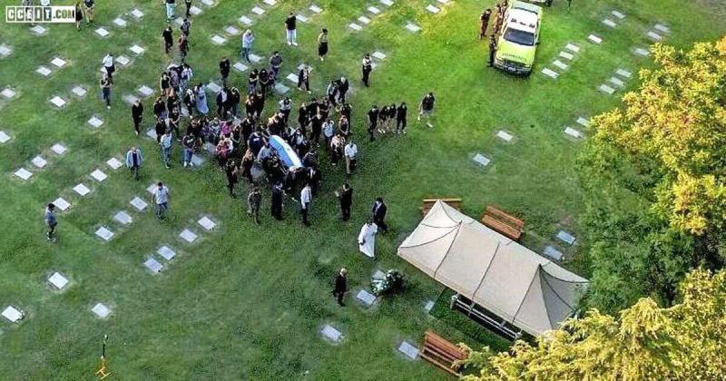 Babası ve annesinin gömülü olduğu mezarlıkta özel bir mezara defnedilen Maradona.jpg