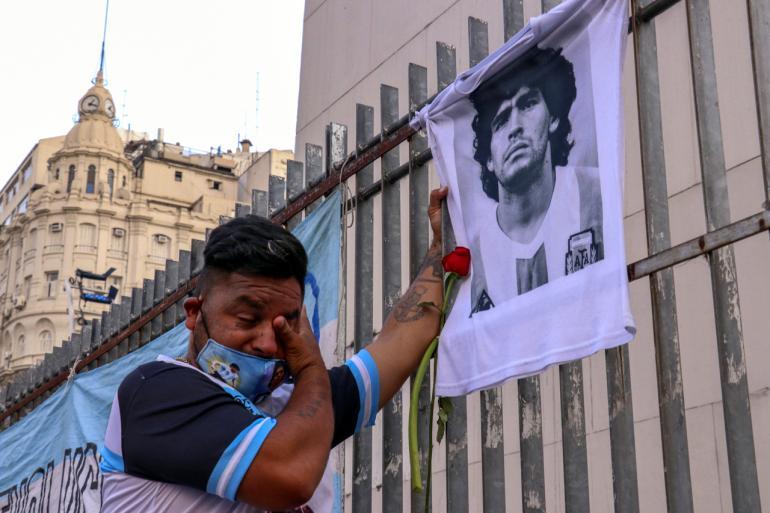 Maradona hayranı gözyaşı döküyor.jpg