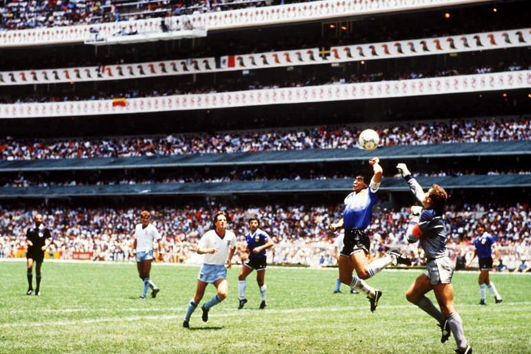 Maradona'yı şöhrete ulaştırıp ilahlaştıran ve 1986'daki şampiyonada İngiltere'ye attığı o tartışmalı golün fotoğrafı.jpg