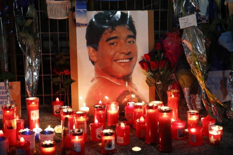 San Paolo Stadı önünde Maradona anısına yakılan mumlar_.jpg