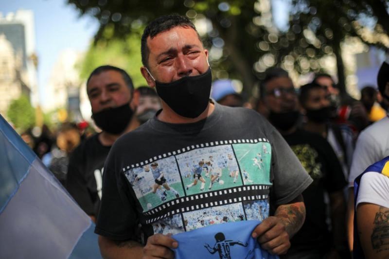 Tabuta yaklaştırılmayınca ağlayan bir Arjantinli.jpg