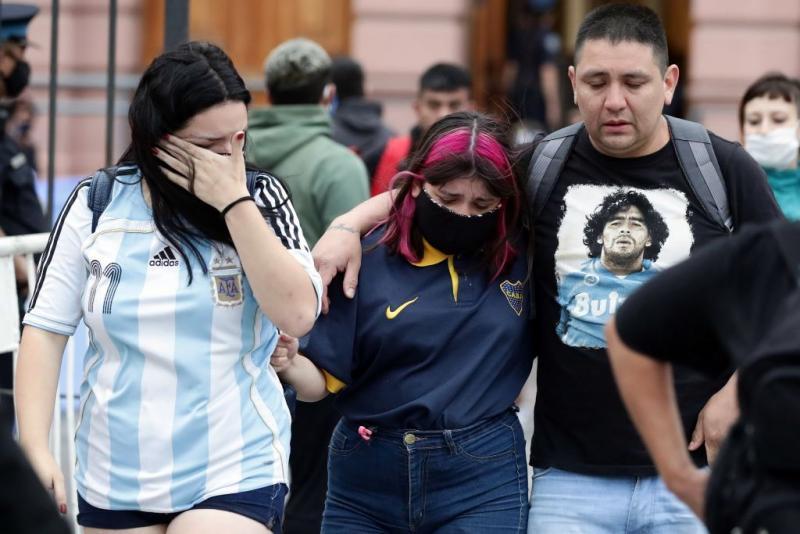 Vefat haberini duyan Arjantinliler sokağa ağlayarak döküldüler.AFP_.jpg