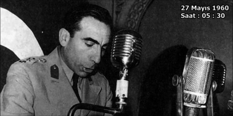 Alparslan Türkeş 27 Mayıs 1960 Darbesi Radyo Bildirisini radyodan okurken.jpg