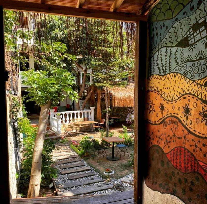 Yaz aylarında Çengelköy Cafe Afrika bahçesinde çeşitli etkinlikler düzenleniyor.jpg