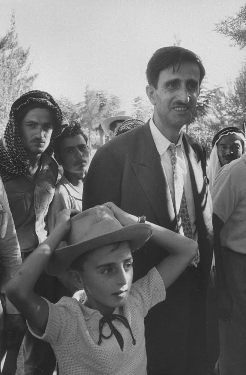 Baba Kemal ve oğlu Velid Canbulat birlikte halkın içinde.jpg