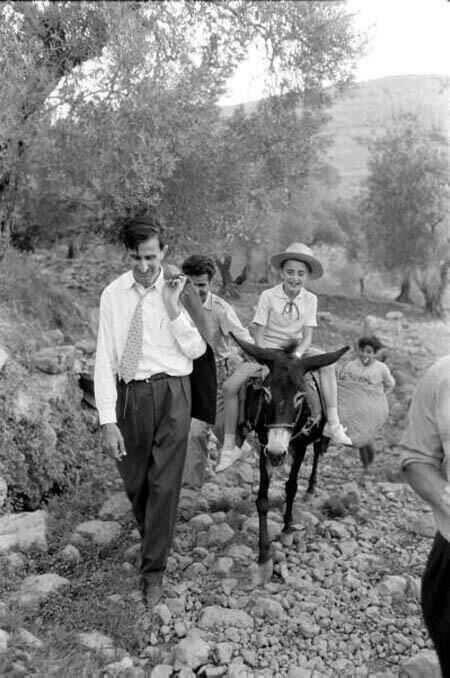 Kemal Canbulat, oğlu Velid ile Şuf dağındaki doğal ortamında jpg.jpg
