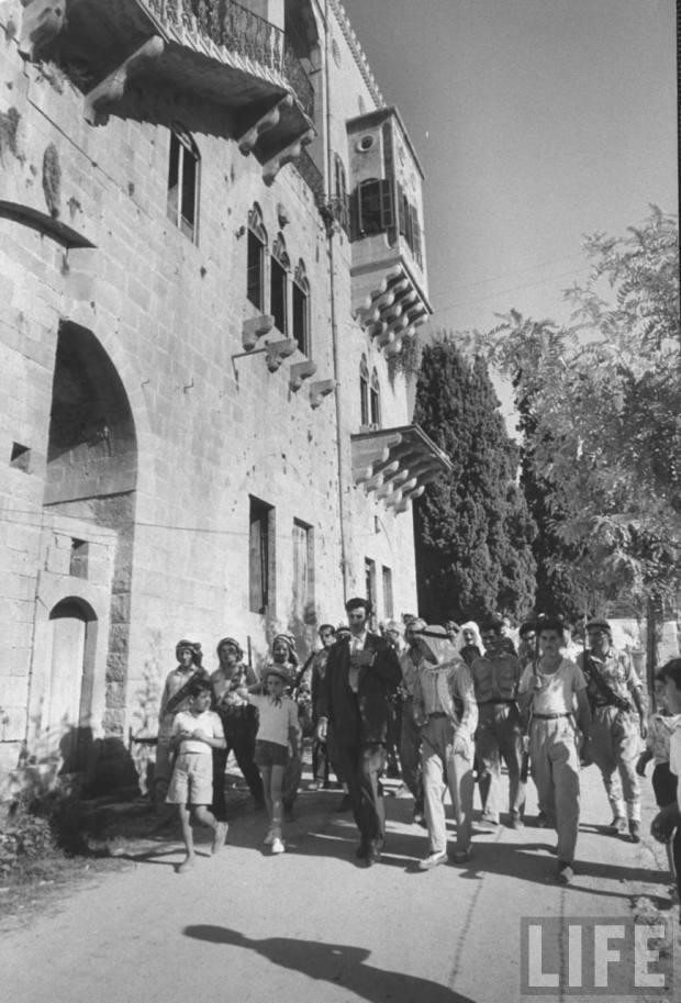 Yıl 1958, Kemal Canbulat, Dürzî milisleriyle birlikte yöresindeki bir gösteride- Kaynak-Michael Rougier fotosu, Life dergisi.jpg