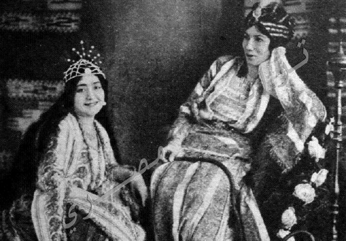 Yıl 1910-Hude Şaarawi'nin nadir fotoğraflarından biri-Saray prensesleriyle birlikte Mısırlı yoksullar yararına düzenlenen bir kermeste_.jpg