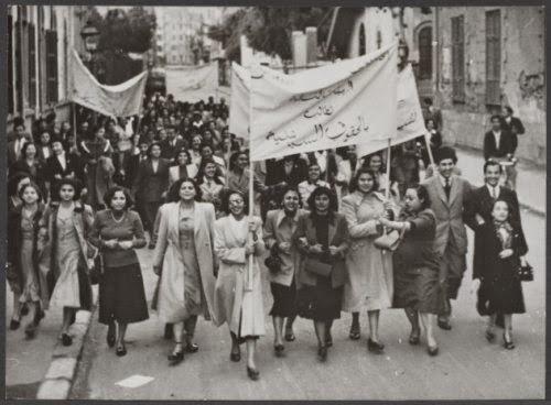 Duriye Şefiq ve arkadaşları, bir protesto gösterisinde.jpg