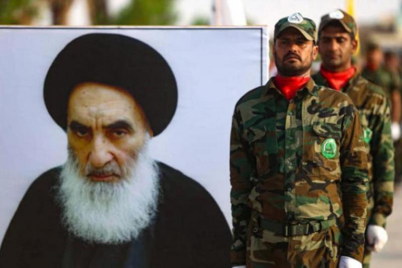 Haşdi Şabi'nin Kerbela'da düzenlediği askeri geçit töreninde Iraklı Şiilerin en üst dini mercii Ali es-Sistani'nin posteri taşındı (AFP).jpg