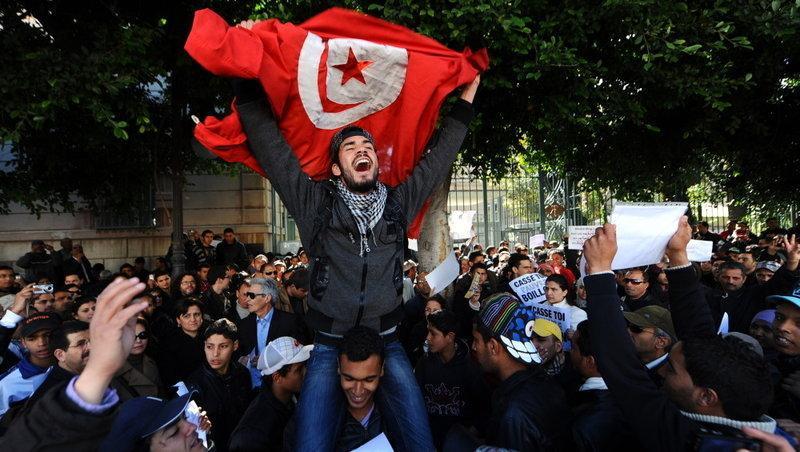 Başkent Tunus-Fransa büyükelçiliği kapısı önünde gösteri / Fotoğraf: Fethi Belaid/AFPages.jpg
