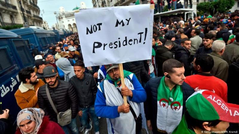 Cezayir'de eski başkanın tekrar  aday olmasına karşı gösteri Fotoğraf: R.Kramdi/AFP