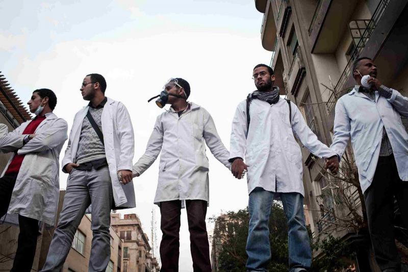Kahire'deki Tahrir Meydanı'nda sağlık çalışanlarının gönüllü dayanışması-Kahire 2011-Kim Badaqi fotoğrafı-001.jpg