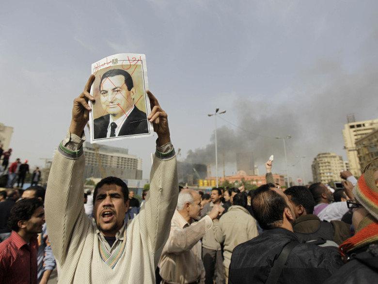 Mısır-Hüsnü Mübarek defol git pankartıyla gösteri yapan halk / Ben Curtis / AP