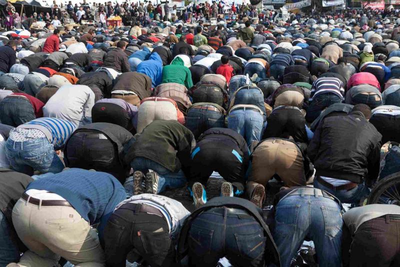 Protesto sırasında kılınan toplu namaz-Karimphoto-