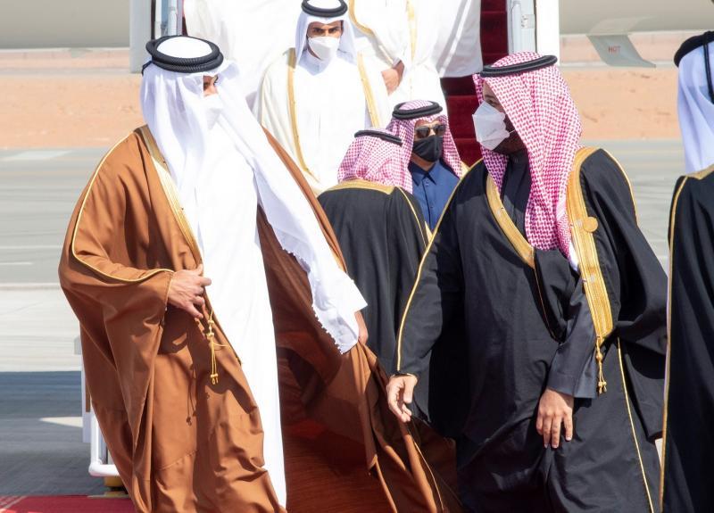 Suudi Arabistan veliahtı Muhammed bin Salman ile Katar Emiri Temim bin Hamad, kopmuş ilişkileri düzeltme görüşmesi, Ocak 2021 .jpg