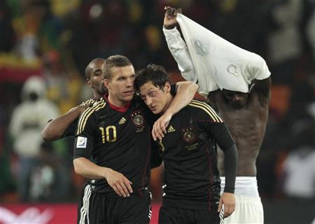 Mesut Özil-Podolski-Reuters.jpg