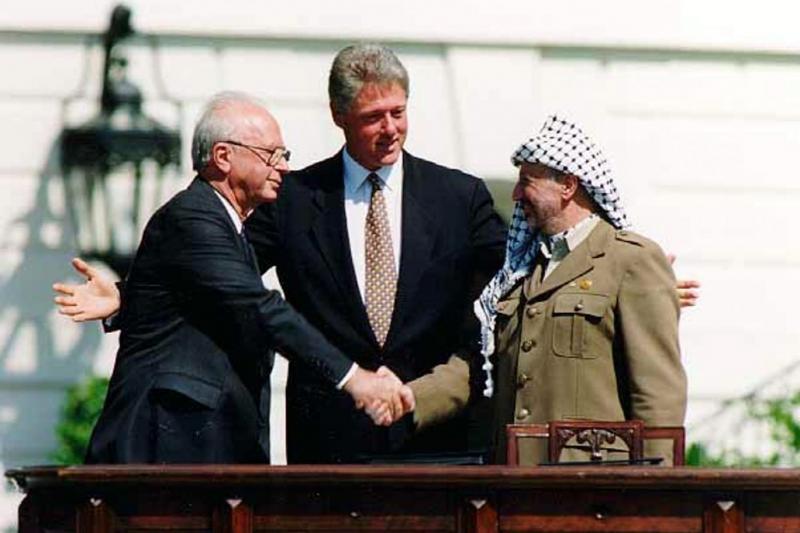 ABD Başkanı B. Clinton, FKÖ lideri Y. Arafat ve İsrail Başbakanı İzak Rabin-Beyaz Saray'da 1993 Osloanlaşmasını imza hatırası.jpg