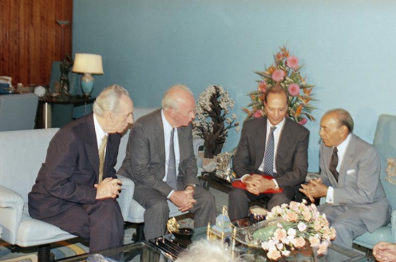 Fas Kralı II.Hasan, İsrail Başbakanı İzak Rabin ve Dışişleri Bakanı Şimon Peres ile başkent Rabat'taki Kraliyet Sarayı'nda görüşmesi-Eylül 1993_.jpg