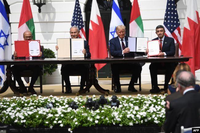 İsrail Başbakanı B. Netanyahu, ABD Başkanı D. Trump ve  BAE temsilcileri normalleşme duyurusu .jpg