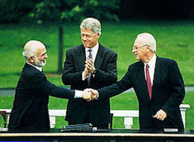 Ürdün Kralı Hüseyin,İsrail Başbakanı İzak Rabin ve ABD Başkanı Bill Clinton yıllar süren gizli görüşmelerden sonra imzalanan Ürdün-İsrail barış .jpg
