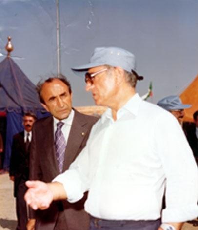 Esedullah Alem, Şah ile beraber  organizasyonu teftiş ediyor. .jpg