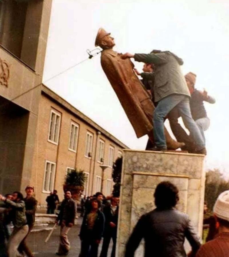 1979 Tahran Üniversitesi-Şah Heykeli'nin devrildiği an.jpg