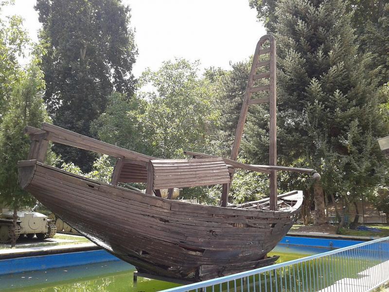 Geçit töreni içini yapılmış antik dönem Pers teknesi-Sadabad Müzesi'nde.jpg