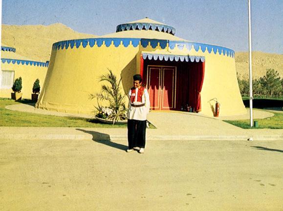 Persepolis'te konuklar için kurulu bir otağ.jpg