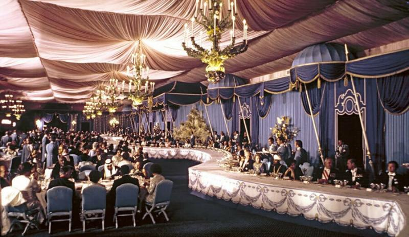 Persepolis- Şeref Çadırı'nda akşam yemeği.jpg
