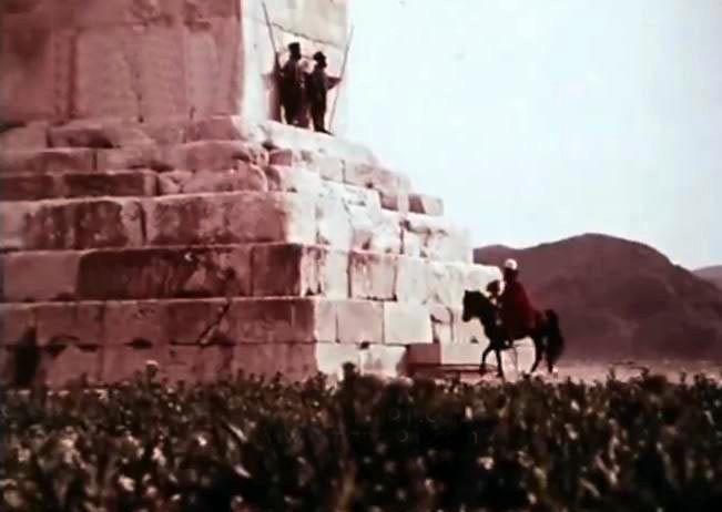 Büyük Kuruş'un Türbesini bekleyen Ahamenid üniformalı askerler.jpg