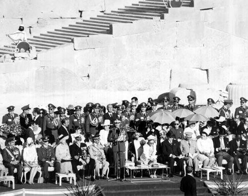 2500. Yıl töreni- Şeref Tribününde oturan davetliler.jpg