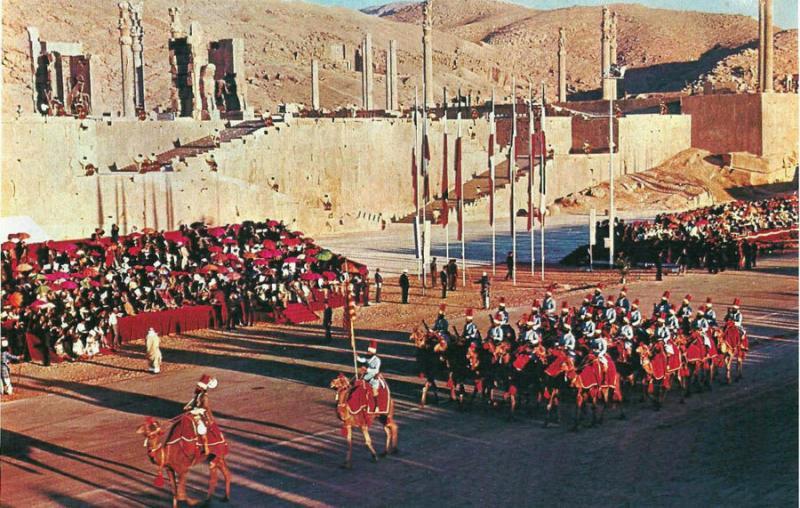Persepolis'te  Pers askeri birliğin  develerle geçit töreni.jpg