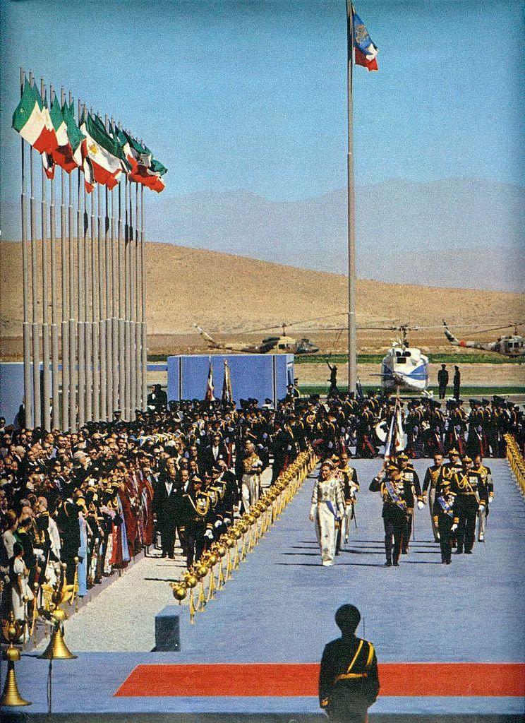 Şah ve eşi, Persepolis'teki şenlikte davetlileri selamlıyor.jpg